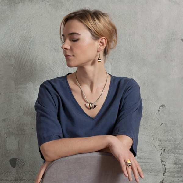 Halskette mit Berstein, Holz und Silber